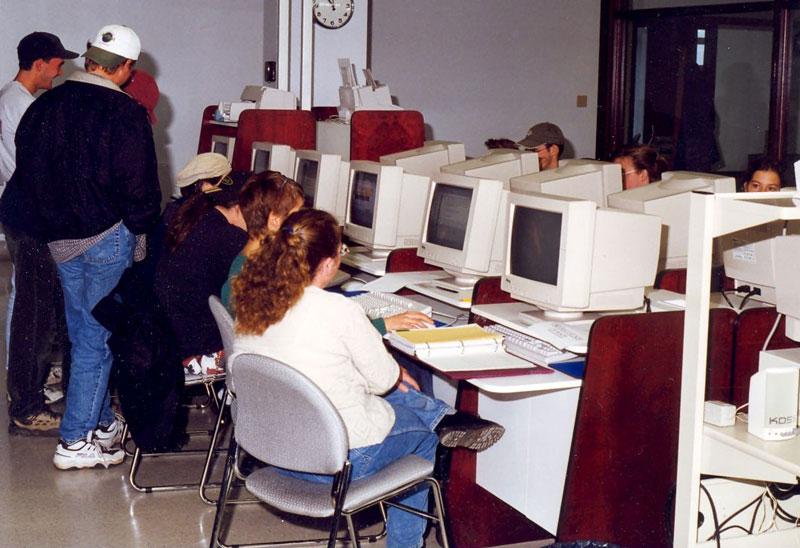 Premiers ordinateurs installés au Centre des multimédias