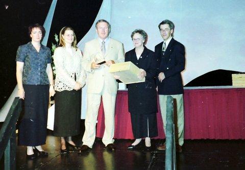 Denis récipiendaire du titre de Commandeur de l'Ordre du Mérite Agronomique en 2000 accompagné de Suzanne.