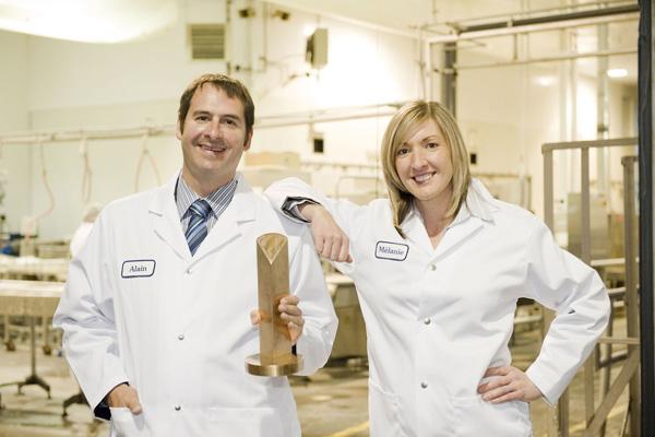 Alain et sa cousine Mélanie tenant fièrement le trophée du meilleur fromage cheddar accordé à l'occasion du Gala des fromages canadiens de 2009.
