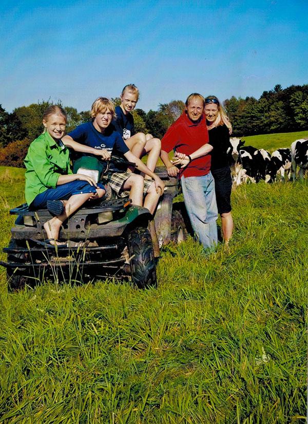 Photo1-La-famille-Potvin-Cormier-et-leurs-trois-enfants